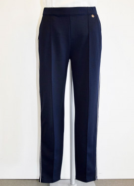 Trousers with smooth pleat